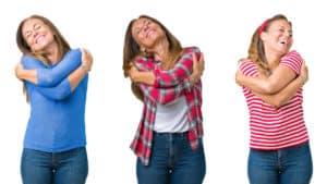 3 kvinnor kramar sig sjalva 1